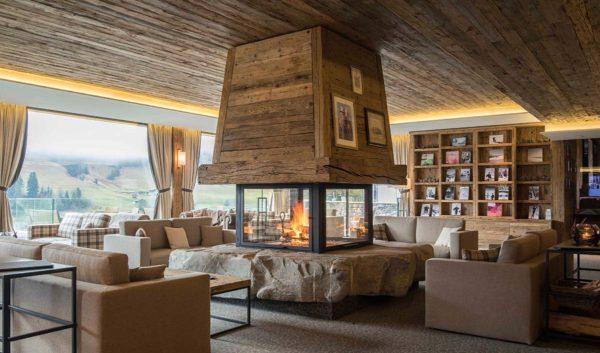 Conheça o décor aconchegante do Hotel de Rougemont no coração dos Alpes Suíços 10