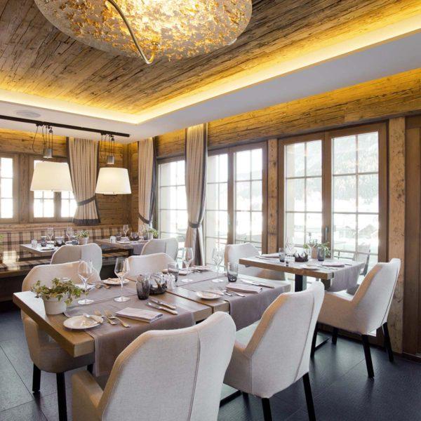 Conheça o décor aconchegante do Hotel de Rougemont no coração dos Alpes Suíços 4